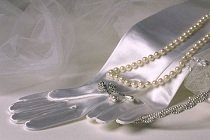 edding gloves and pearls